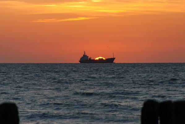 Dazu das Finale der Fotoserie, wenn die Sonne genau hinter dem Schiff untergeht