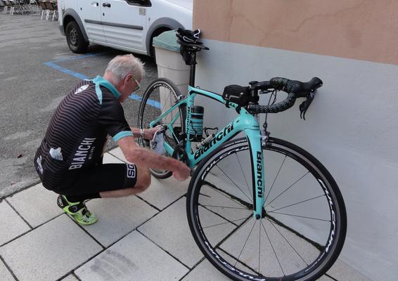 Hansjörg pflegt vorbildlich sein Rad vor dem Start