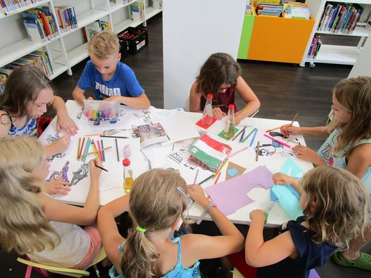 Die Kinder basteln und malen zum Thema Siena und Palio. (Foto: Karin Böttcher)