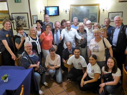 Die DIG-Gruppe nach einer leckeren Pizza Margherita in der historischen Pizzeria Brandi in Neapel.