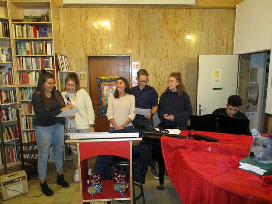 """""""Felicità"""" - Die Gastschülerinnen Chiara Trevisiol und Isabell Morabelli singen auch mit """"I Caotici""""."""