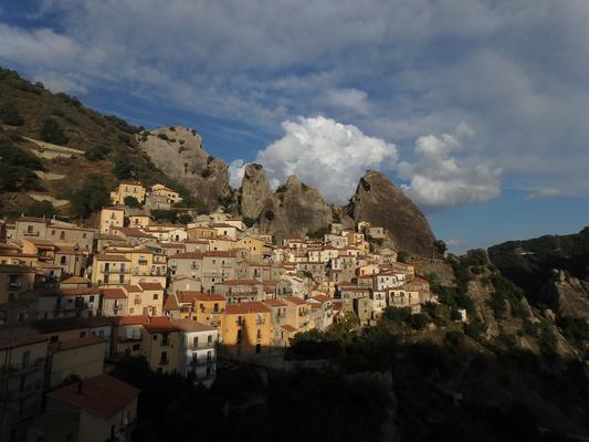 Blick auf Castelmezzano und die Lukaner Dolomiten.