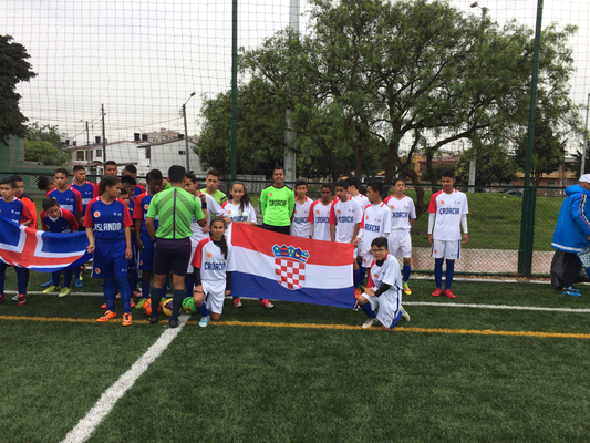 Salida de los equipos primer juego Croacia vs. Islandia