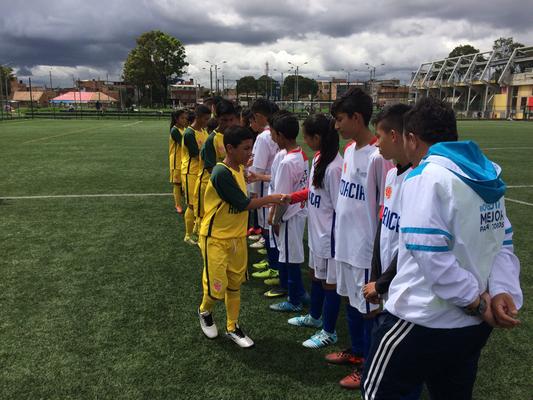 Saludo de equipos San Pablo (Croacia) vs. Aguilas Doradas (Australia), Mundialito de futbol IDRD