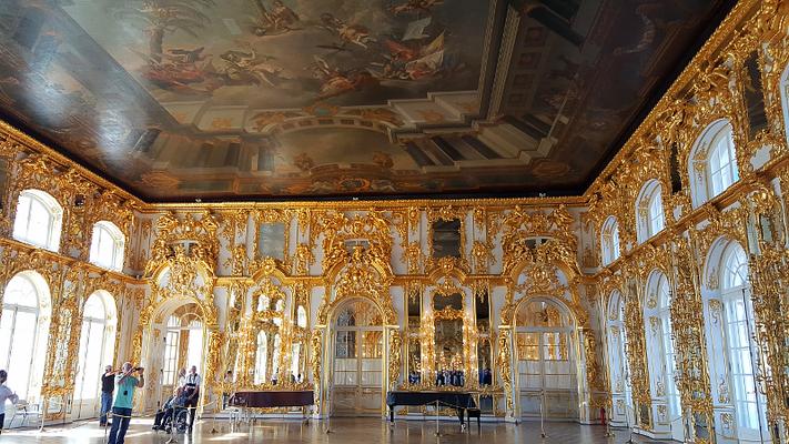 Einer der zahlreichen vergoldeten Säle im Katharinenpalast in Puschkin