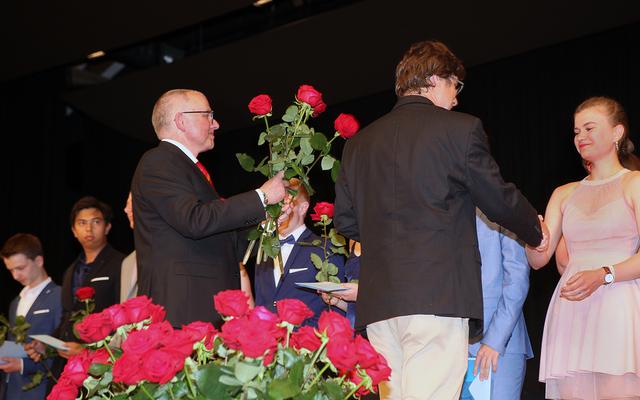 Rote Rosen für die Absolventinnen und Absolventen an der Kantonsschule Willisau