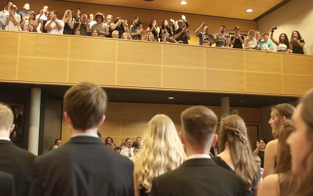 Standing ovations an der Kantonsschule Reussbühl Luzern. Bild: Regula Schöb