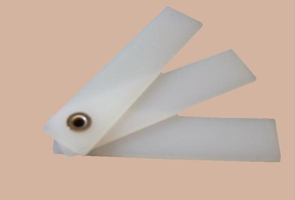 zur Grundausstattung von Nähmaschinen gehört meistens dieser Höhenausgleich; die Teile haben unterschiedliche Höhen und können an Kanten angelegt werden