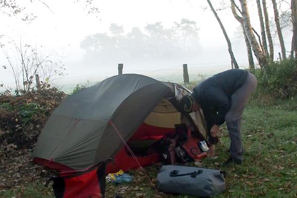 Stefan beim Zelt ausräumen