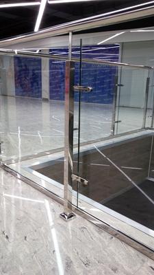 Ограждения со стеклом в зоне эскалатора