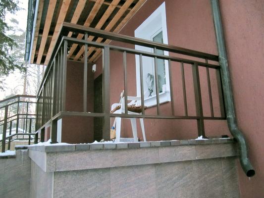 Перила на крыльце частного дома