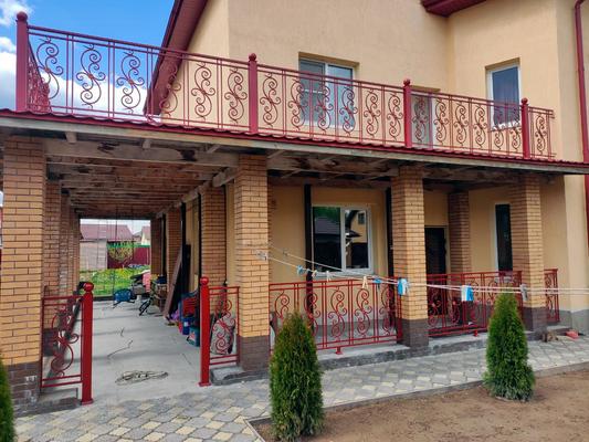Балконные ограждения бордового цвета