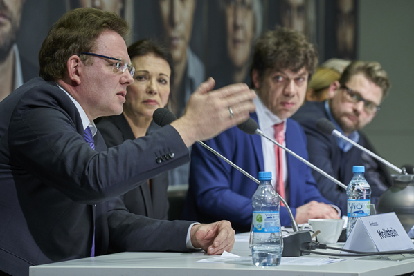 Bildrechte-Jürgen Kramer: Andreas Hollstein, Bürgermeister von Altena/Westfalen, berichtet über seine Erfahrungen  und Hemnisse bei der Aufnahmevon Flüchtlingen