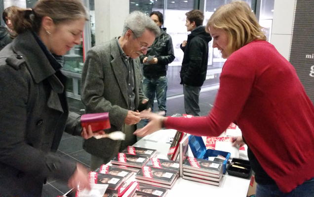 Bildrechte - C. Schmidt: Buchverkauf im Foyer