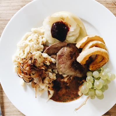 Herbstteller mit Rehschnitzel, hausgemachten Knöpfli, Apfel mit Konfitüre, gebackene Kürbisspalten...