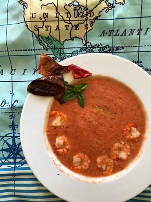 Kalte Tomaten - Chily-Basilikum - Sommersuppe mit gebratenen Scampi