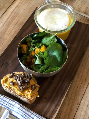 Mein Kürbistrio: Apfel-Kürbissuppe mit Curryschaum, gebackene Kürbiswürfel im Petersilien - Herbstsalat und Kürbiscrostini mit Ziegenkäse und gerösteten Baumnüssen und Kürbiskernen.