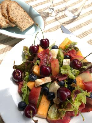 Sommersalat mit Kirschen, Melone, Pfirsich, Rucola, Mozzarella...
