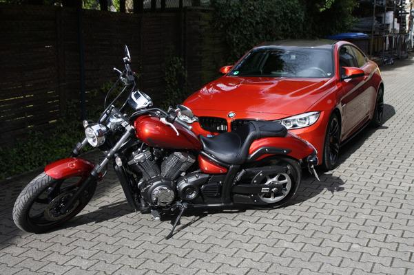BMW M4 und Yamaha XVS 1300 Custom