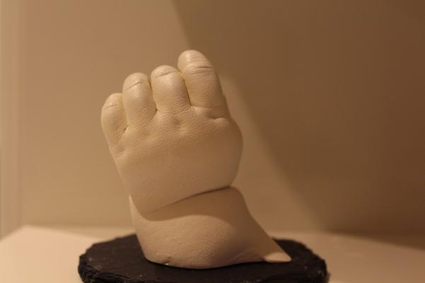 Babyhand auf Sockel