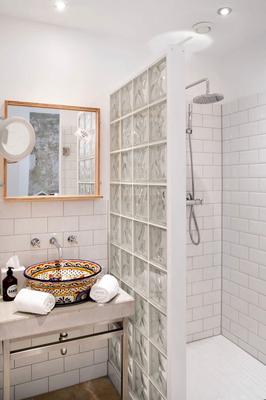 Badezimmer im Hotel mit mexikanischem Waschbecken