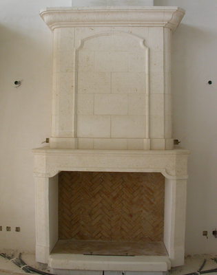 Cheminée en pierre de Castries massive à Uzès (30)
