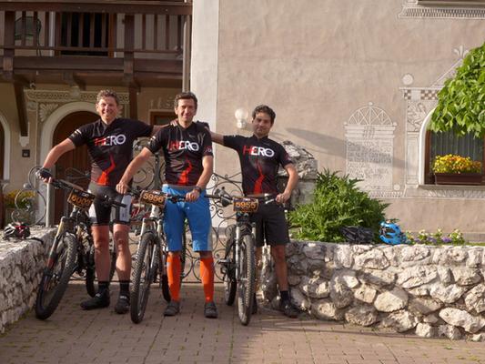 """Das Paderborner """"Hero Team"""" vor unserer Unterkunft. Von links: Jürgen, Artur und Bruno"""
