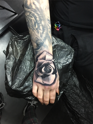 black and grey Rose auf der Hand