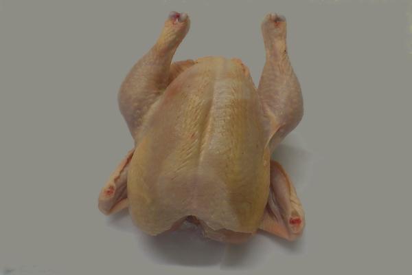 Monatlich gibt es im Hofladen der Fam. Truskaller frische Hendln, ganz, halbiert oder geviertelt