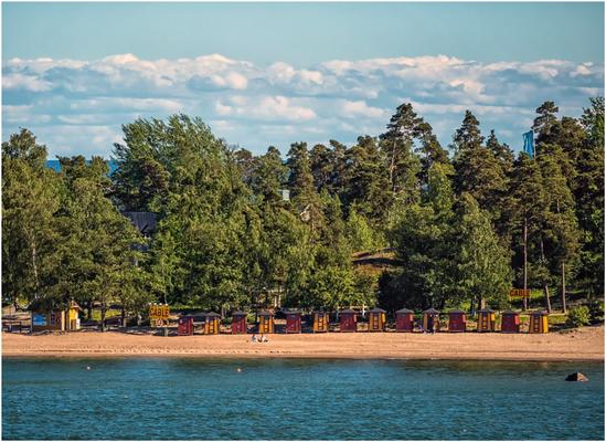 Pihlajasaari Recreational Park mit bunten Badehäuschen.