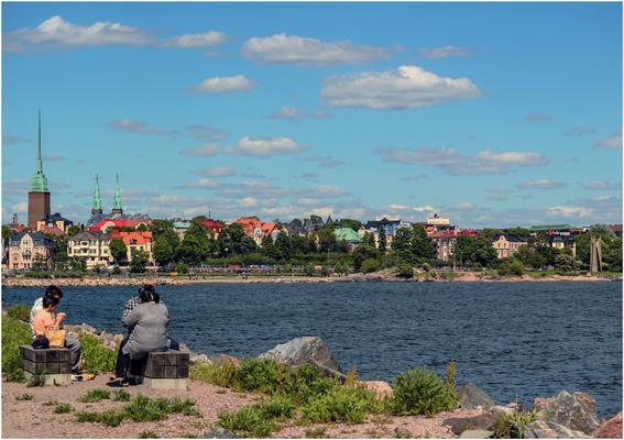 Picknick auf finnisch. Im Hintergrund die Mikael Agricola Church und Johanneksenkirkko.