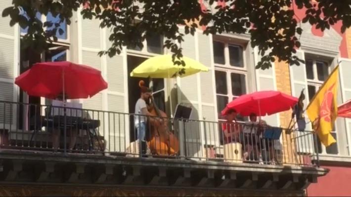 Vom Balkon des Theater(uri) machen wir Musik für die Daheimgebliebenen bei 36°C. 04. Juli 2015