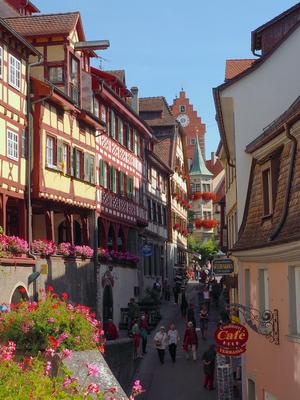 Die Steigstraße mit ihren Fachwerkbauten führt vom See hoch in Richtung Marktplatz und Obertor