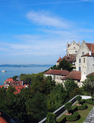 Die Meersburg gilt als älteste bewohnte Burg Deutschlands. Links im Hintergrund erkennt man die Fahrverbindung nach Konstanz sowie die Insel Mainau.