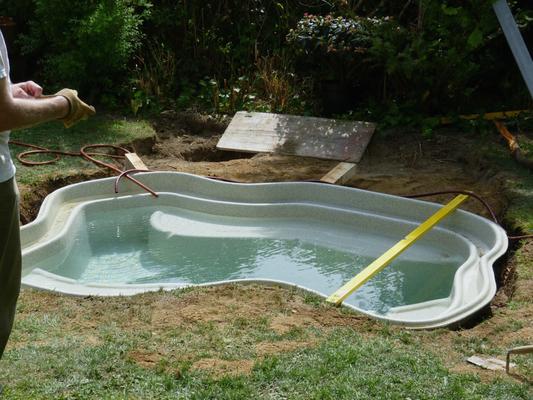 Die Teichschale wird mit Wasser befüllt, und...