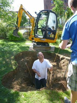 Teichschale, die exakte Außenform der Grube wurde zuvor mit Markierungsspray übertragen.