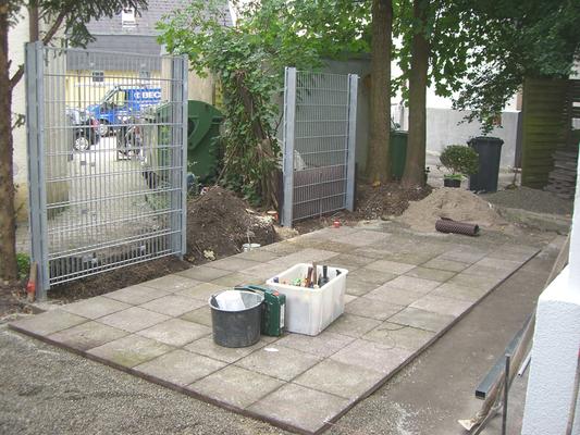 Die alten Platten dienen als Unterkonstruktion der neuen Profile, Gabionen-Zaunfelder werden vom Bauherr montiert.