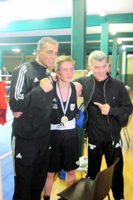 Landerich mit Trainer Relli (links) und Haci (rechts)