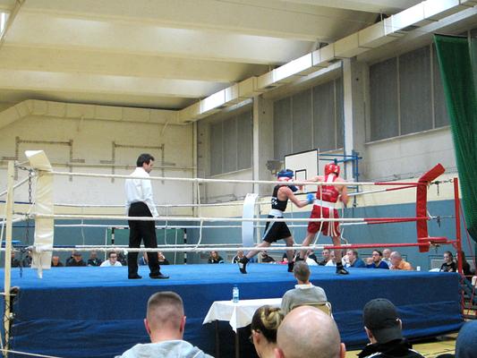 Robin unterlag knapp nach Punkten gegen einen starken Hamburger Gegner. Er zeigte einen starken und sehr agilen Kampf!