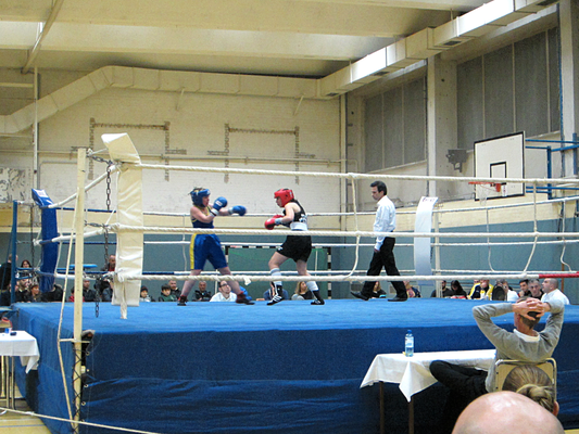 Gloria gewann den Frauenkampf eindeutig durch einen technischen KO in der ersten Runde.