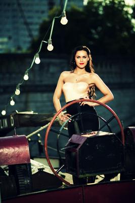 Kunde: Sony Music Germany / Artist: Vanessa Neigert / Fotograf: Nikolaj Georgiew / Fashion-Styling: D.&A. Plattner