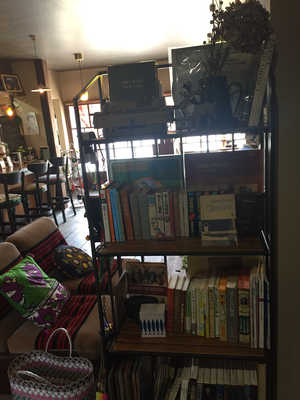 ヒドリ食堂至る処に本あり。なつかしーあの漫画や、ちょっと変わった本、いろいろあります。
