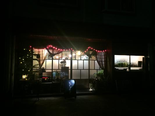 夜のヒドリ食堂。外からみると怪しい・・。