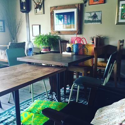 ヒドリ食堂お席。いたるところに雑誌があります。おひとりでも楽しんでいただけますように・・。
