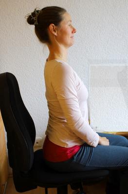 Bild 2, sitzen mit überstrecktem Rücken