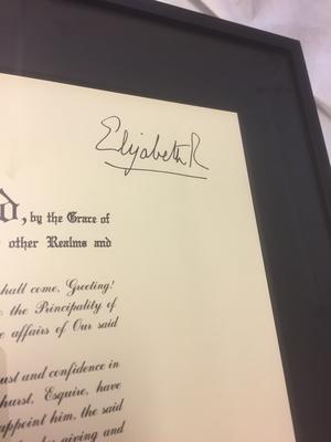 Königliche Urkunde mit klassischer alterungsbeständigfer Einrahmung.