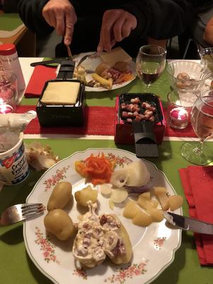 Gemeinsames Raclette-Essen
