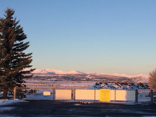 soleil levant sur les montagnes vues depuis la piste de Coltines