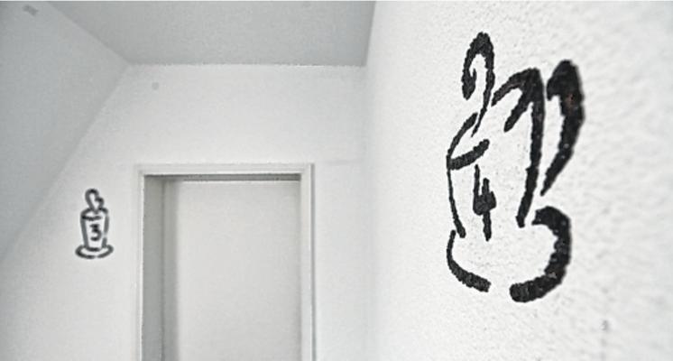 Liebevoll bis ins Detail: Kleine Kaffeetassen an der Wand weisen den Weg zu den gemütlichen Gästezimmern. FOTO: Endriss