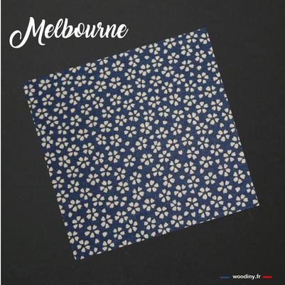 Pochette de costume bleu avec petites fleurs ocres